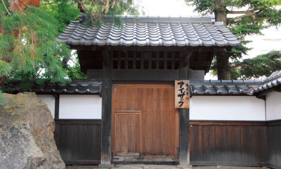 アイザックの社屋のシンボルともいえる和風の門構え