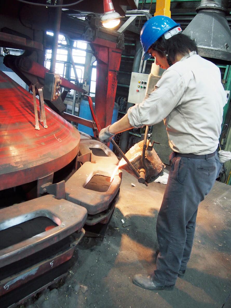 溶けた鉄を型に流し込む注湯作業。作業者の熟練度が要求される