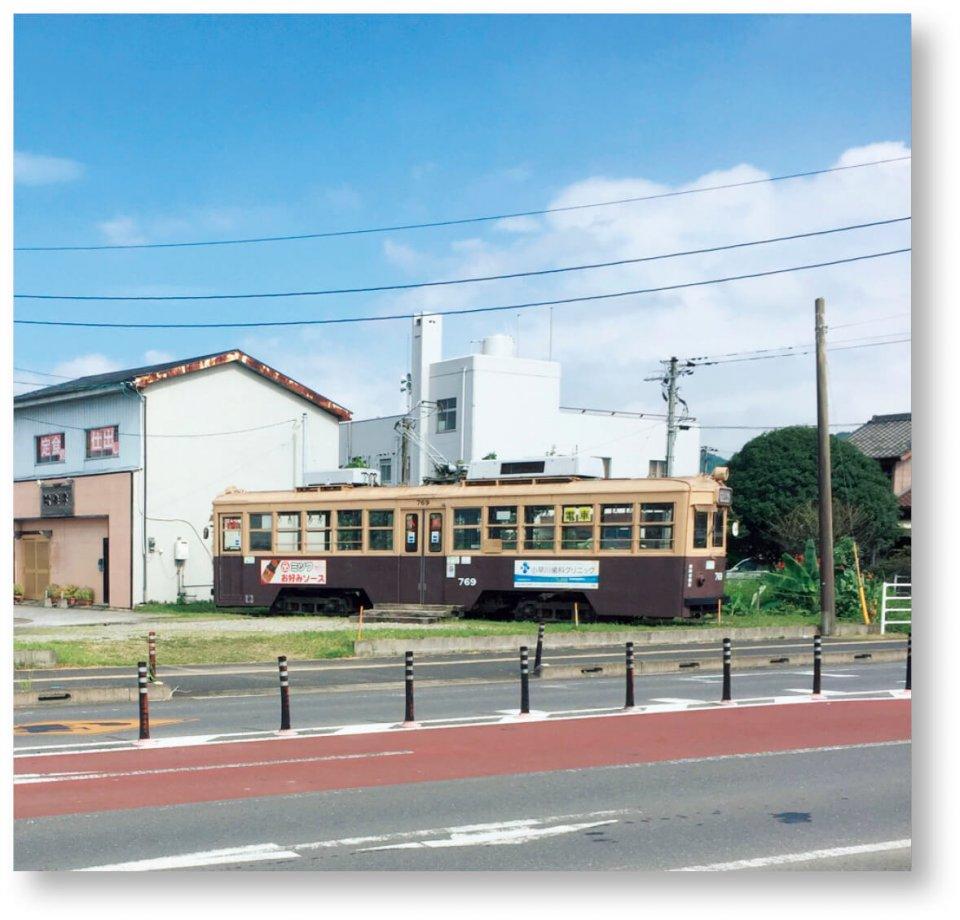 今年5月、「くしままちづくり協議会」のメンバーが広島電鉄から昭和24年製で日本に2台しか残っていない路面電車を購入。JR串間駅の広場に設置して市街地の賑わいづくりに貢献している
