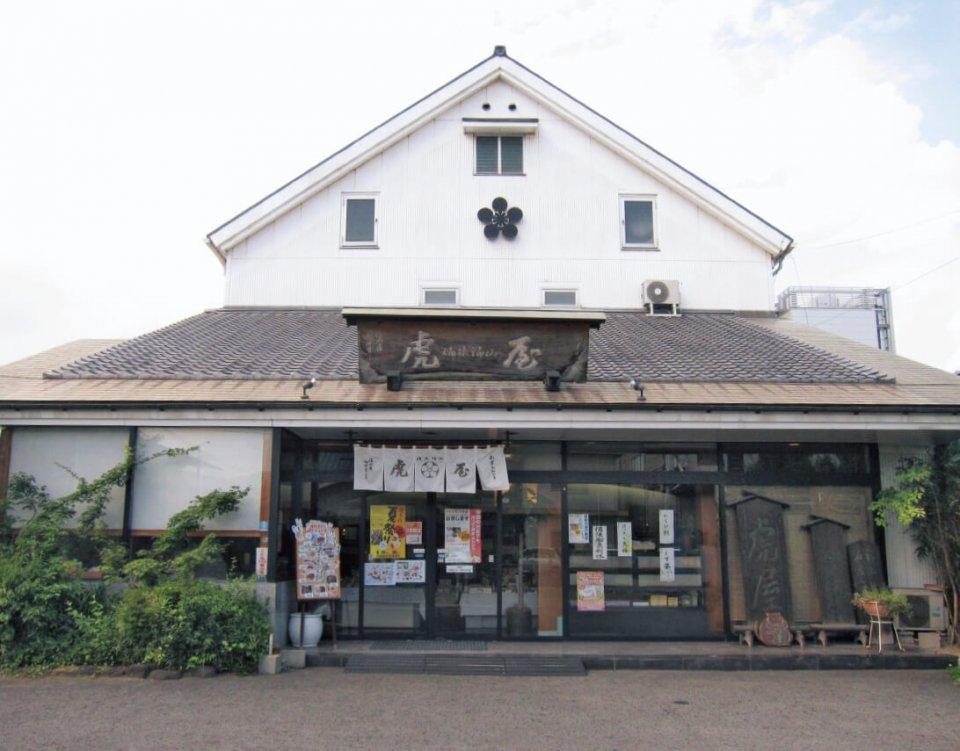 虎屋は福山市内を中心に11店舗を展開している。店内には和菓子から洋菓子までさまざまな種類のお菓子が並び、目移りするほどだ