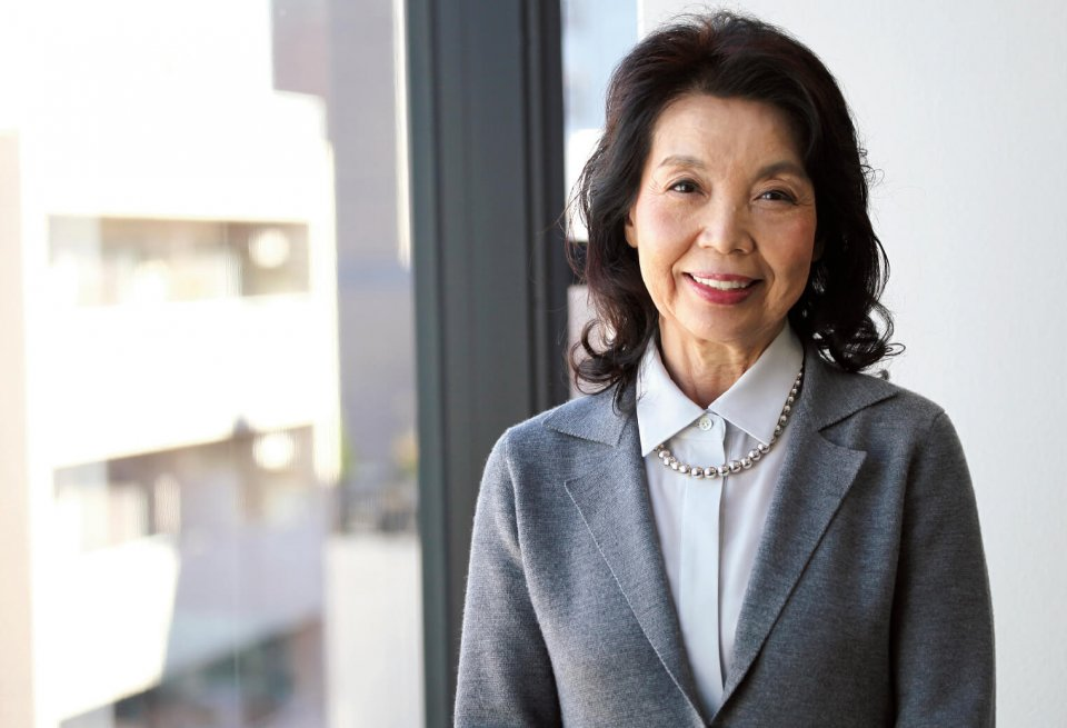 メーカーズシャツ鎌倉の貞末タミ子社長。「のんきな性格なものですから、女性経営者として苦労したとはあまり感じていません。社員の子たちが人間として成長していってくれればそれでいいんです」