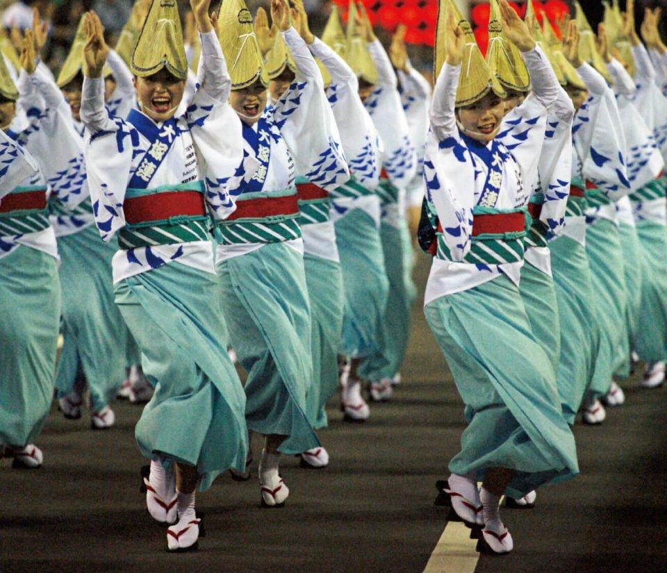 鳴門市阿波踊りの様子。連日、有名連や誰もが参加できる「にわか連」が繰り出しまち中が熱気であふれる