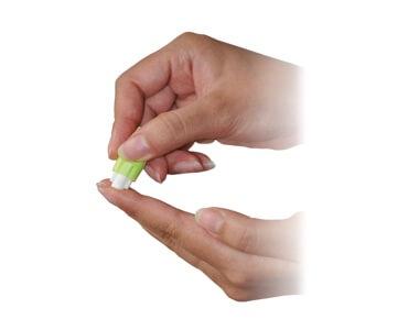 針自身では刺さらなく白い部分を指先に当て、一定の力を加えると内蔵された針が飛び出し穿刺(せんし)することができる仕組み。1度飛び出たら2度と針は出てこないため、使い回しを防げる