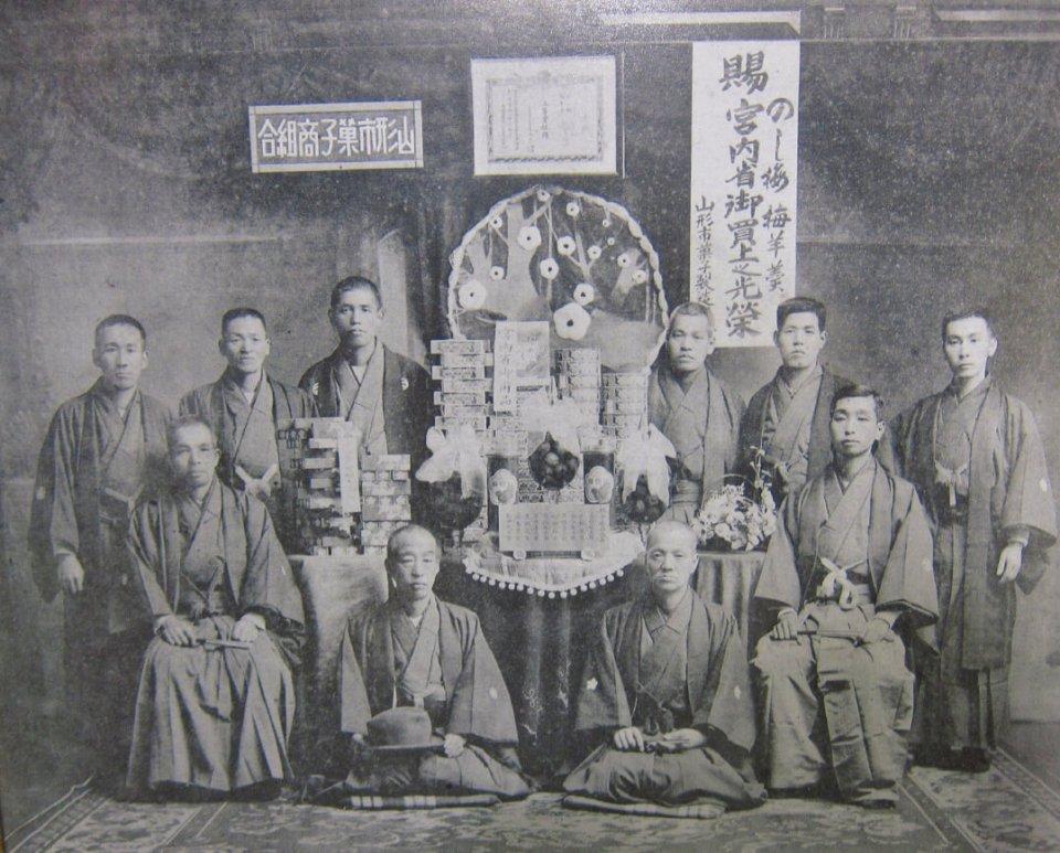大正6年に、のし梅が宮内省に買い上げられたことを記念して撮影。前列左が三代目松兵衛さん