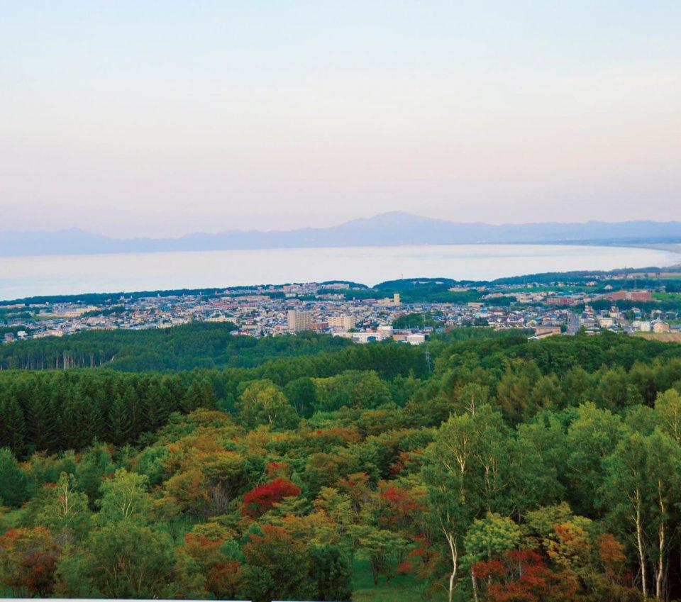 天都山からの眺望。流氷館の展望台からは網走の四季折々の壮大な風景が楽しめる