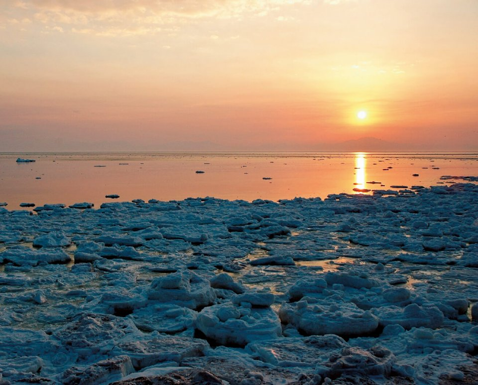 1月下旬ころ、その白く神秘的な姿をオホーツク沿岸に見せる流氷。冬の網走を訪れたら、白い大地となって南下する流氷の美しさをぜひ体験したい( 写真提供=網走市観光協会)