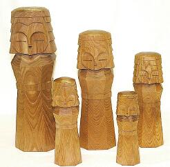 「網走刑務所」の受刑者が一本一本手彫りで制作している木彫り人形「ニポポ人形」。ニポポはアイヌ語で「小さな木の子ども」の意だ(写真提供=網走市観光協会)