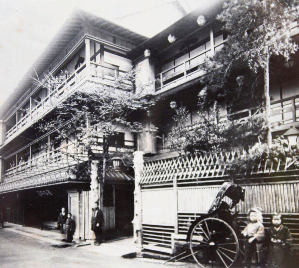 明治30年ごろの若松本店。成田山の旅館業の最盛期は明治前半。明治後半になると成田と東京を結ぶ鉄道が開通して東京から日帰りが可能になり、成田山に宿泊する参拝客が減ってしまったという
