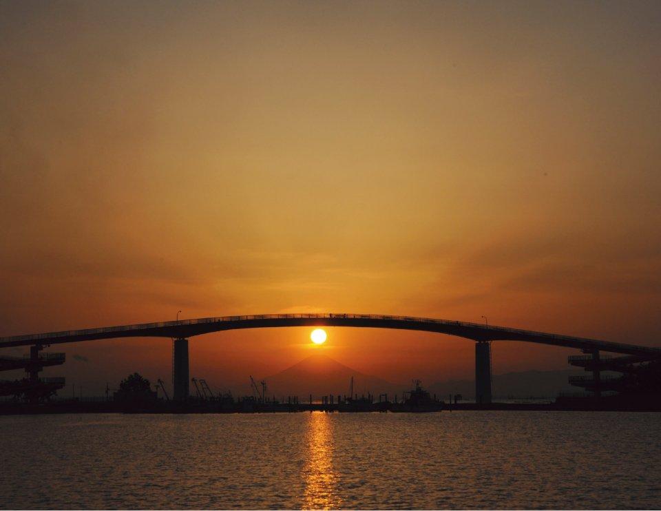高さ日本一(27 m)を誇る歩道橋「中の島大橋」。木更津を舞台にしたテレビドラマ「木更津キャッツアイ」では、若い男女がおんぶして渡ると恋が叶うという「赤い橋伝説」があり、「恋人の聖地」にも選定されている。春分、秋分には、背景にダイヤモンド富士を見ることもできる