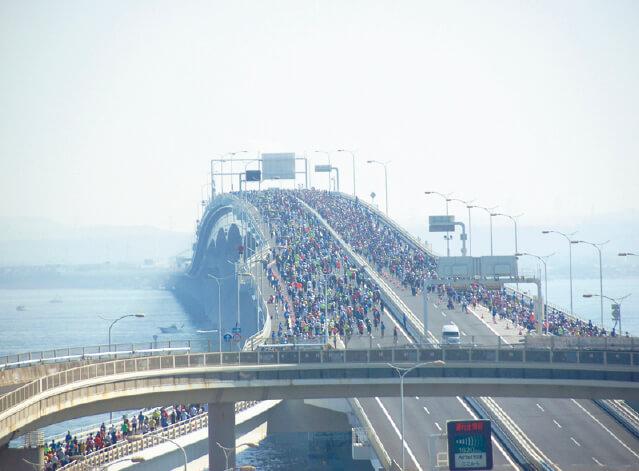 東京湾アクアラインをコースに使った「ちばアクアラインマラソン」。今年は10 月23 日に開催予定