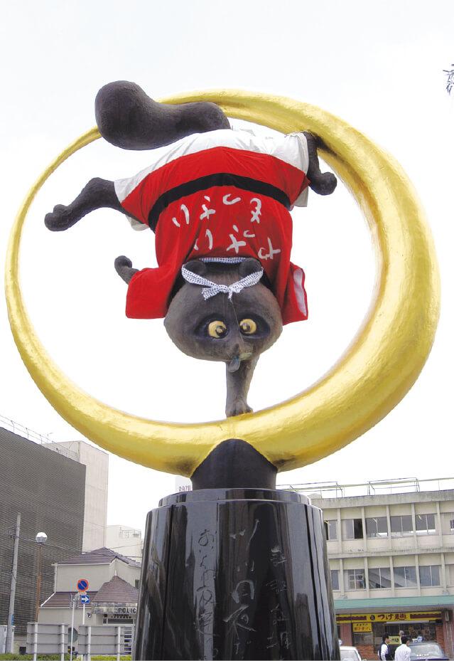 木更津商工会議所が木更津駅前に建立した逆さ狸の「きぬ太君」