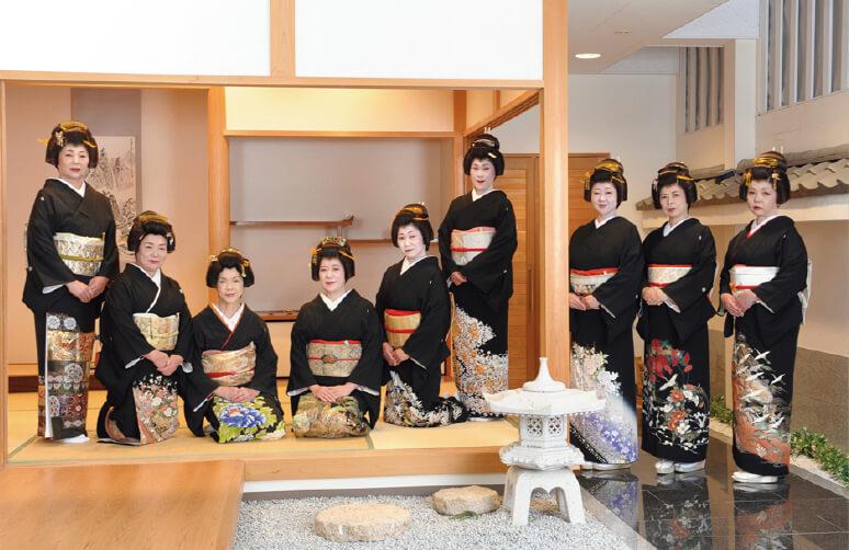 木更津伝統伎芸を守る会が用意した日本髪を披露する木更津芸者衆