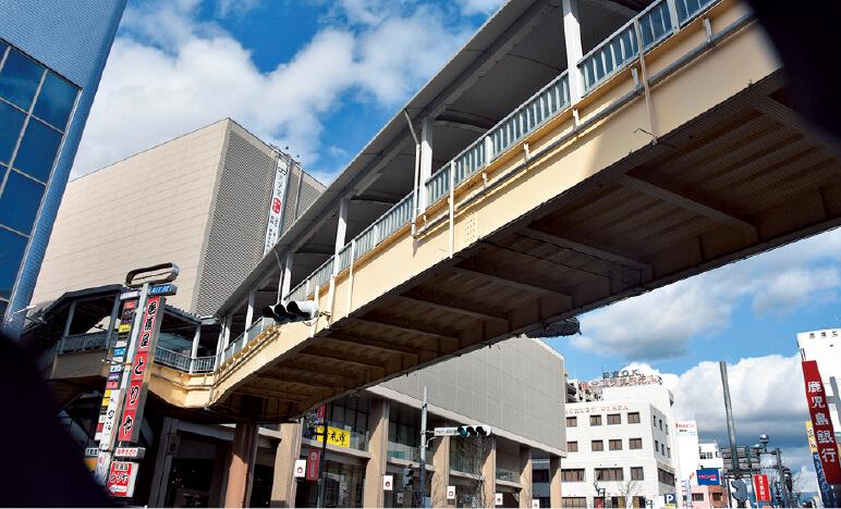 国分パークプラザには250台駐車ができる駐車場が完備されている。このほかにもコアよか、子どもの一時預かりをしてくれる「キッズパークきりしま」など便利な施設が満載だ。地元百貨店の山形屋にも連絡橋で直結している