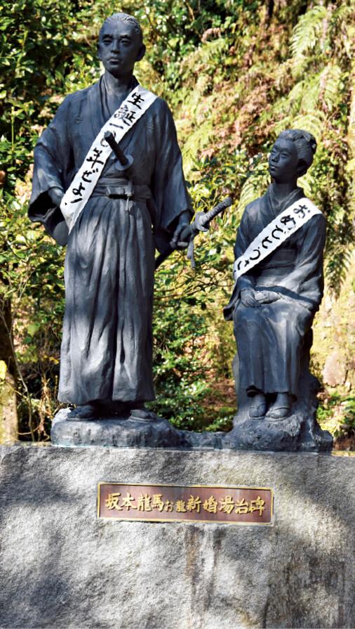 塩浸温泉にある坂本龍馬と、その妻おりょうの像。今年は龍馬が新婚旅行で霧島を訪れてから150周年にあたる