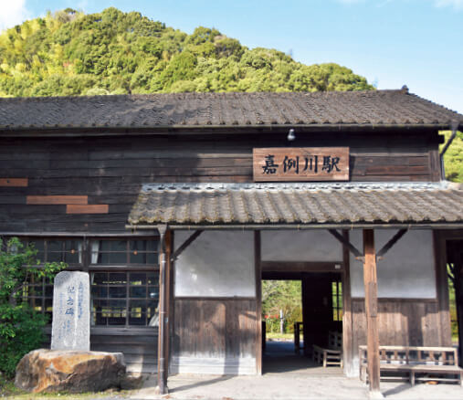 JR肥薩線の嘉例川駅。開業当時の木造駅舎が現在も使われている。九州駅弁グランプリ三連覇の「かれいがわ」はここに来ないと食べられない