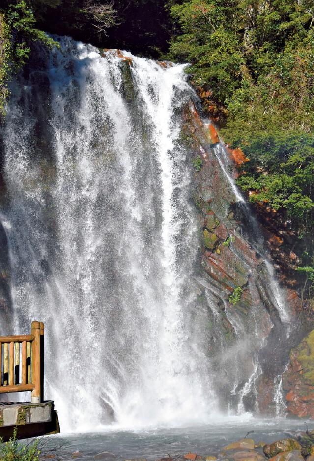 霧島温泉郷にある丸尾滝。温泉水が流れており、冬には湯気が立ち上る