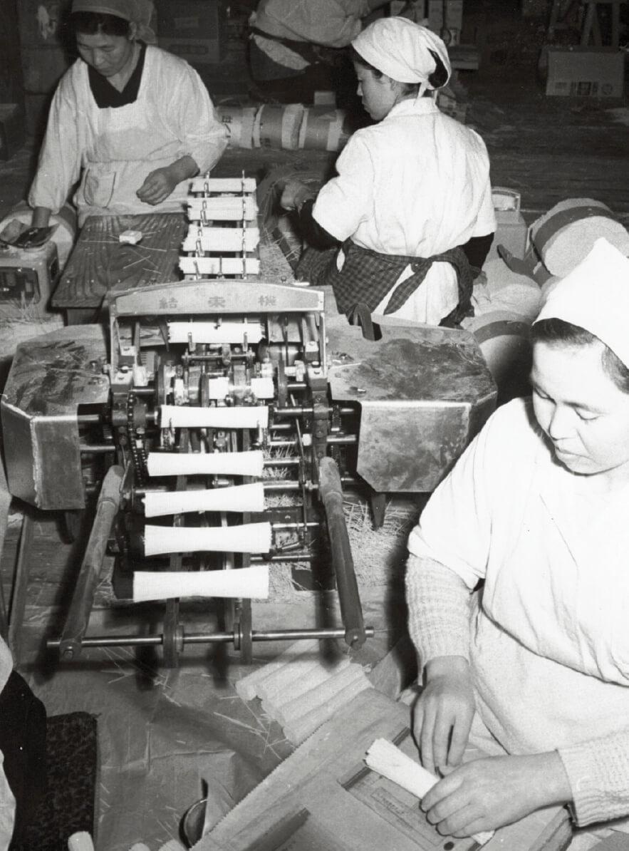昭和40年ごろ、温麺をまとめる結束機。これを半分に切ると温麺になる