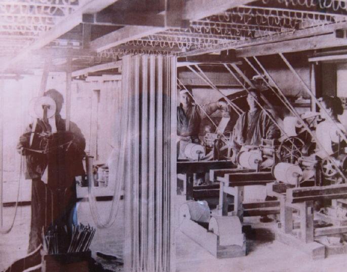 明治43年に撮影した製造工場の様子。すでに機械が導入されているのが分かる