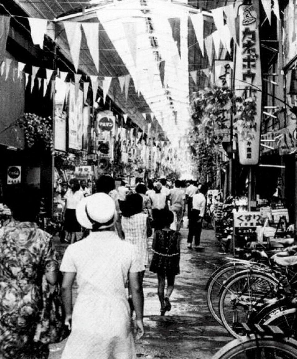 昭和40年ごろの油津商店街。肩と肩がぶつかり合うくらい混みあうこともあったという