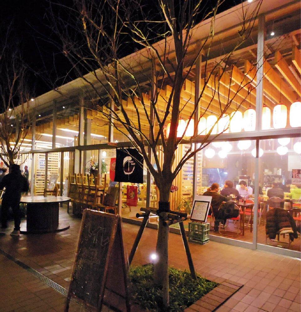 「あぶらつ食堂」は、フードコート形式。地元の名産・飫肥杉を使ったカウンターが名物