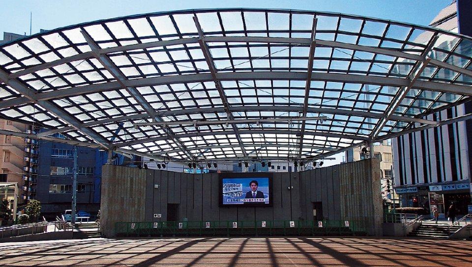 オリオン通り沿いにある市の施設「オリオンスクエア」は各種イベントの拠点となる。パブリックビューイングに使える大型映像装置もある