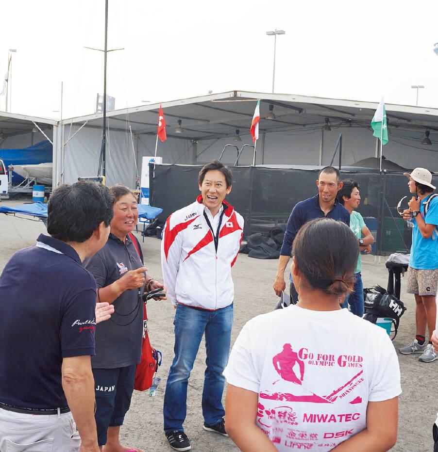 アブダビで行われたASAFアジアセーリング選手権にて選手とフレンドリーに接し、激励する鈴木長官。リオ五輪予選でもあったこの大会で、日本人選手4人がリオへの切符を手にした