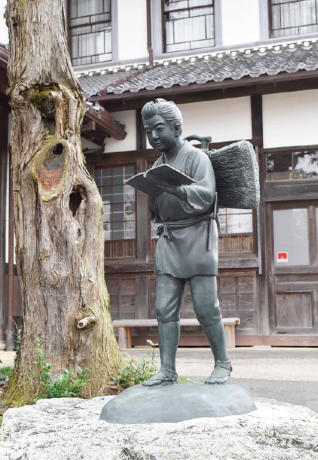 まきを背負った二宮金次郎像は、まきが「経済」、本が「道徳」を表している