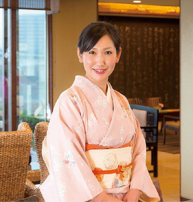 """十八楼の若女将を務める伊藤知子さん。「若女将といっても、母は専業主婦として家庭を守っておりますので、実際には女将の役割を務めています。だからもう""""若""""を取ってもいいのですが、そのままになっています(笑)」"""