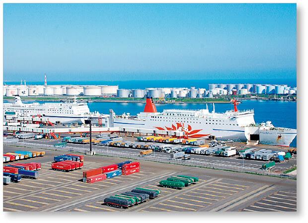 「中核国際港湾」の1つである苫小牧港。奥に見えるのは原油備蓄基地のタンク群