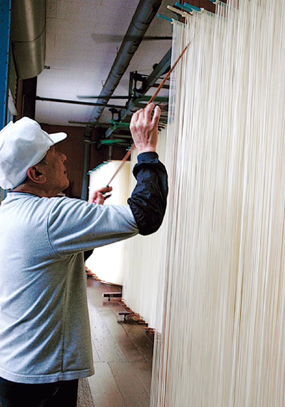 「淡路島ぬーどる」に使われる太くて長い麺は、天保年間から続く「淡路手延べ素麺」の技法を応用してつくられたものだ