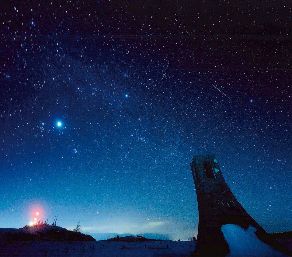 """美ヶ原高原のシンボル """"美しの塔"""" からの星空。標高2000mという高さで空気は澄み、光害も少ないため、星空スポットとしても人気"""