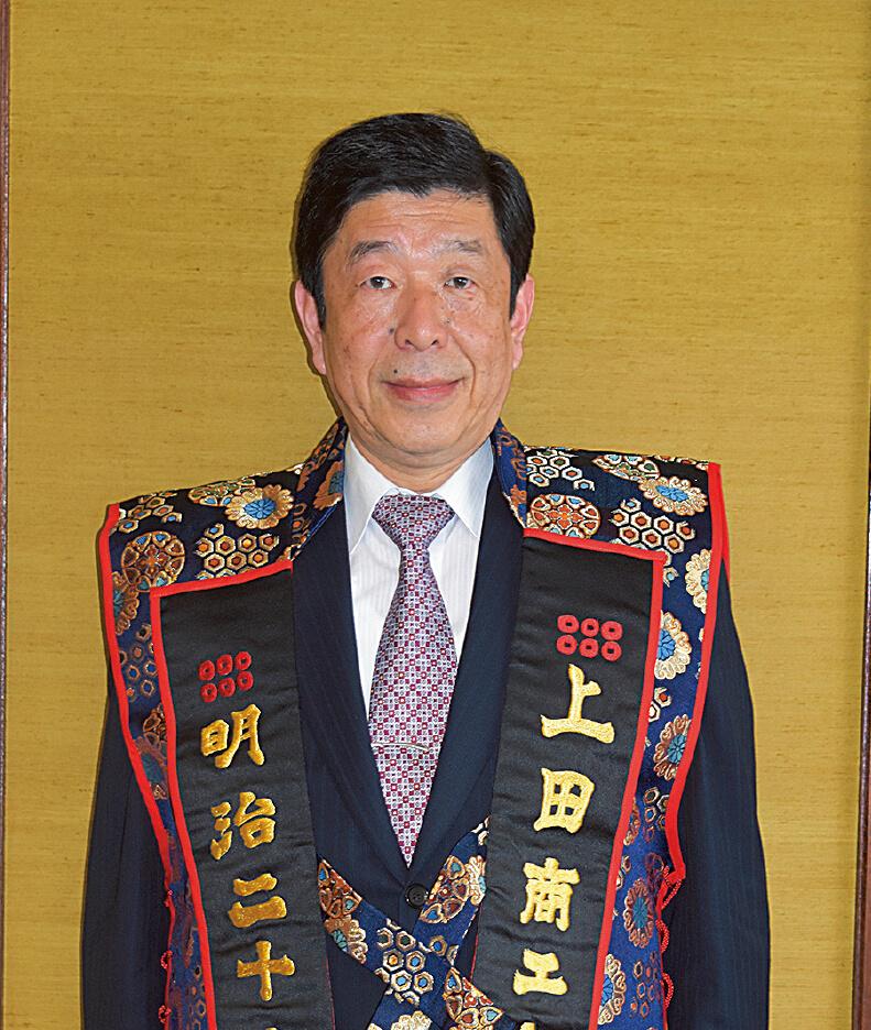 上田商工会議所会頭 桝澤 憲一郎 氏 背景の壁は、日本三大紬(つむぎ)の1つである上田紬を使った壁。壁材としての利用は非常に珍しいとのこと
