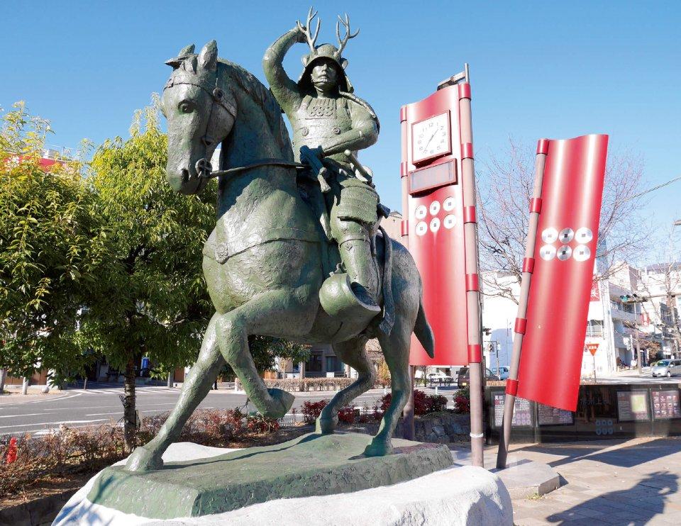 真田幸村騎馬像。JR上田駅のお城口に立ち、馬上から市民を見守り、観光客を出迎えてくれる