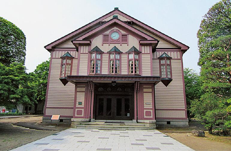 信州大学繊維学部講堂(旧上田蚕糸専門学校講堂)国登録有形文化財で明治時代の面影が残る建築物。映画のロケでしばしば利用される名所