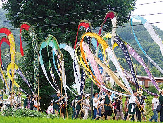"""岳の幟(たけののぼり)。""""信州の鎌倉"""" 別所温泉で500年前から行われている雨乞いの祭り。色とりどりの幟が美しい"""