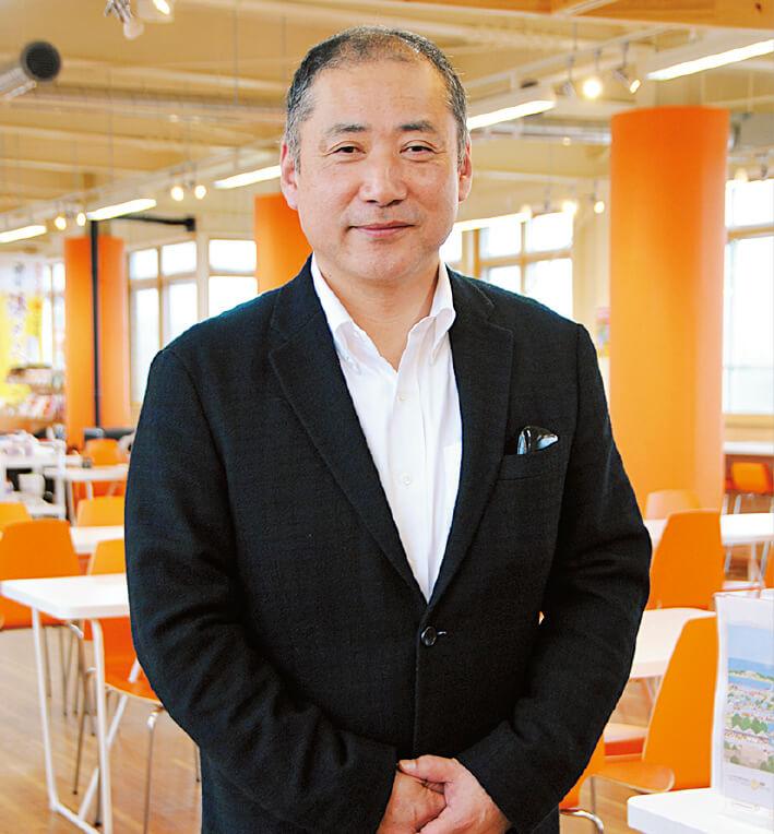 「同じせんべいでも、厚焼きと薄焼きではつくる機械が異なります。当社は薄焼き専門メーカーとして、今後も新たな味を提供していきたい」と語る佐藤栄司社長