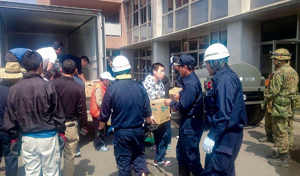 YEGメンバーと商工会青年部メンバーが連携して南阿蘇村に支援物資を運んだ