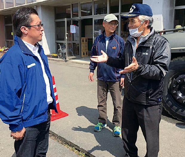 南阿蘇村藤岡教育長より説明を受ける古賀伸也九州ブロック代表理事