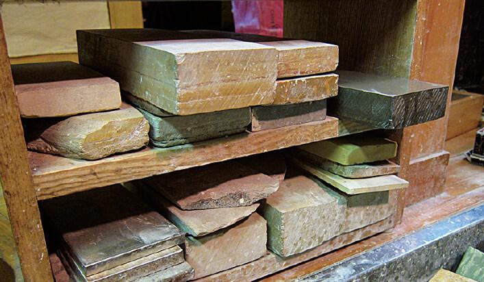 刃物を研ぐための砥石。天然物を使うこともまだ多い