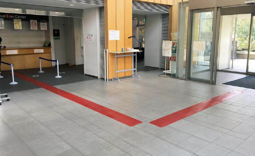 早稲田大学に設置した「HODOHKUN Guideway」。早稲田カラーのエンジ(えび茶色)を採用した。色は自由に選べるので空間の雰囲気を壊さない。ピクトグラム(絵文字)を描くこともできる