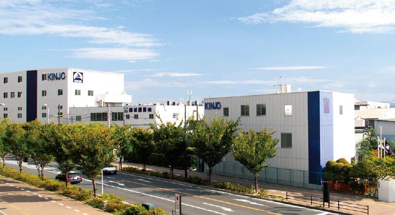 大阪府八尾市にある錦城護謨の本社工場。国内生産、それもものづくりのまち・八尾にこだわっている。八尾の地場産業は歯ブラシ生産だが、ゴムの知名度も高めたいと太田社長は意欲を見せる