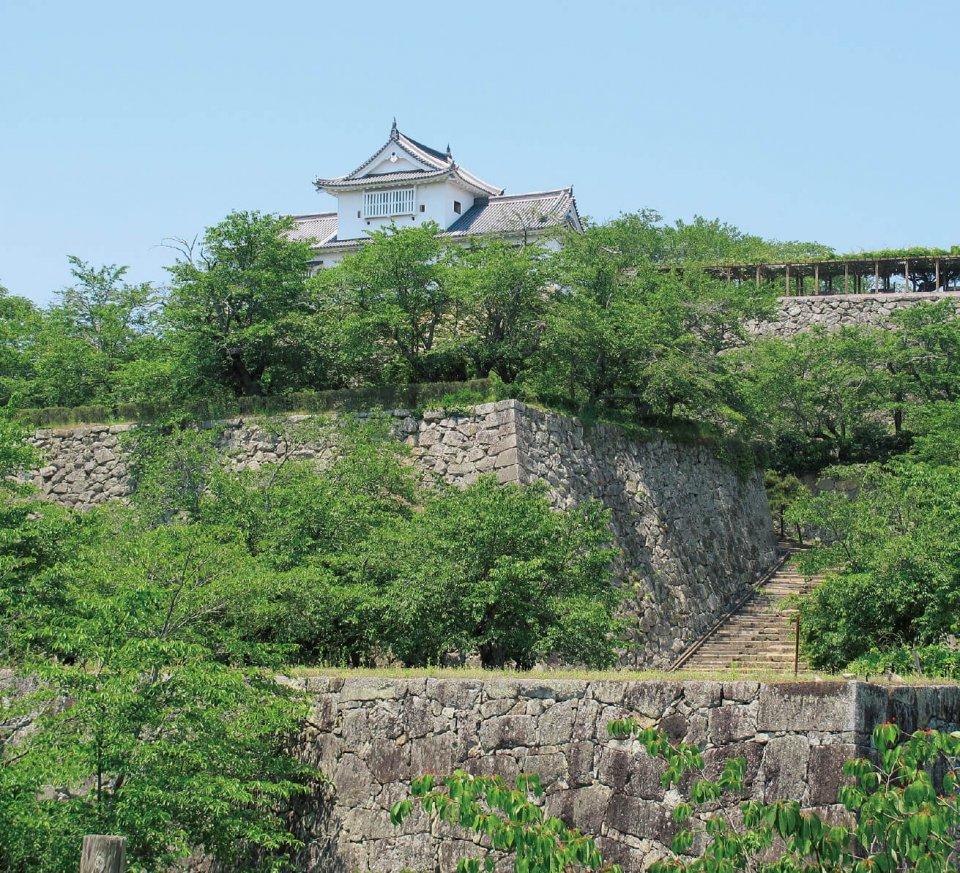 「津山城(鶴山公園)」。見事な城の石垣は、かつての雄大な面影を残し、津山藩の足跡を伝えている