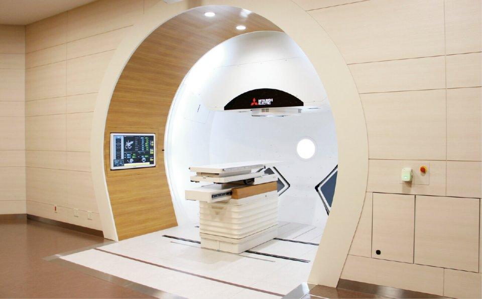 津山中央病院がん陽子線治療センター内の陽子線照射室。ピンポイントでがん部分へ陽子線を照射できる