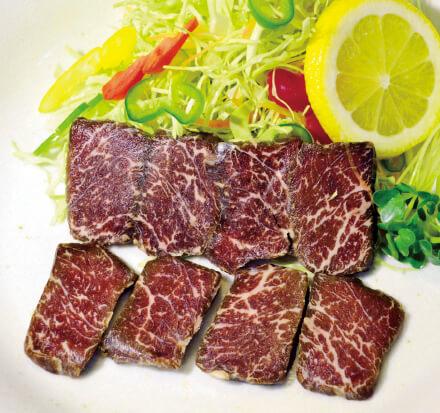 「干し肉」。牛のもも肉を中心とした部位を干したもので、地元で人気の肉料理の一つである