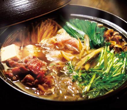 「津山そずり鍋」。マグロの中落ちのように牛骨の周りから削ぎ落とした(津山の方言でそずり)肉を使うことから、この名が付いている