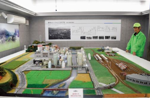 津山のまちなみに見立てたジオラマにNゲージの模型を走らせる展示室