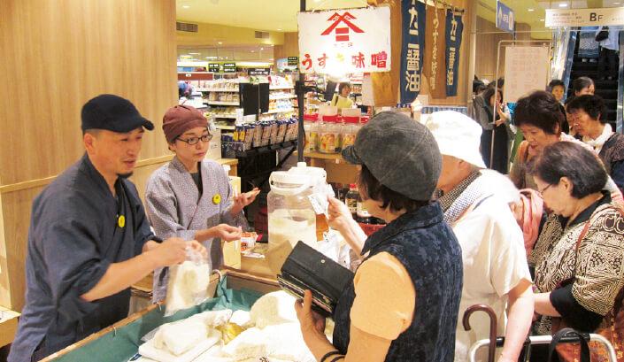 大分市内のショッピングセンターでの出張販売。開店と同時に行列ができる。しょうゆ・みそ以外に秘伝の生麹も大人気
