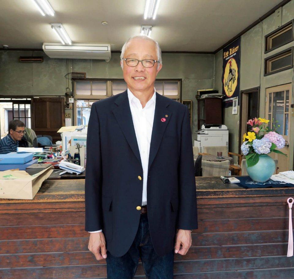 日本綿布社長の川井眞治さん。「うちのデニムの生地の色と表情は、ほかとは違う。買ったばかりの色もいいけど、半年たったときのものはもっといい。ジーンズは自分の歴史が出てくるものなんです」