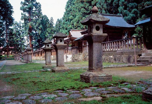 上杉家廟所。上杉景勝逝去の折、当地を墓所とし、後、12代藩主斉定まで歴代藩主が埋葬されている