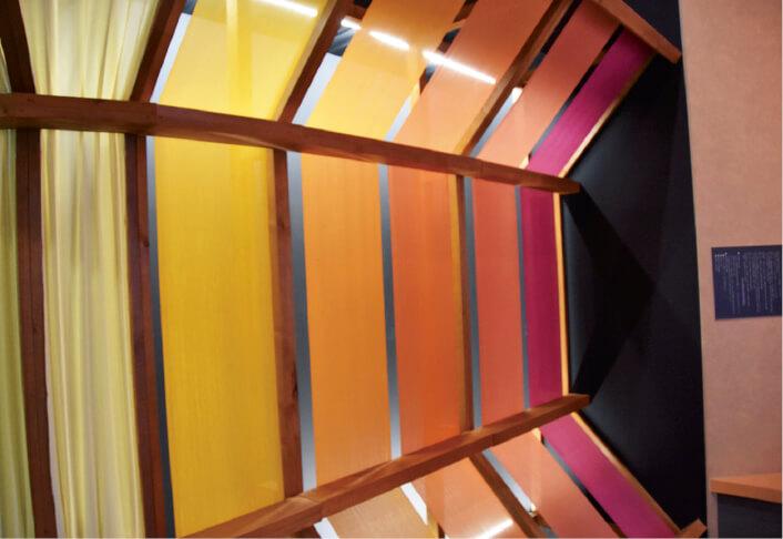 米沢織物歴史資料館に展示されている鮮やかな糸の回廊